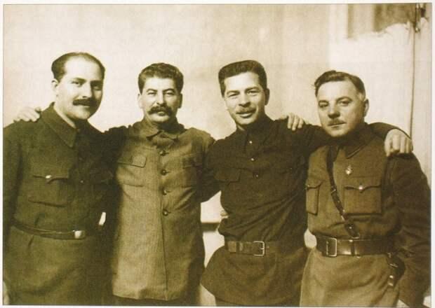 Лазарь Коганович, Сталин, Павел Постышев и Климент Ворошилов в январе 1934 года.