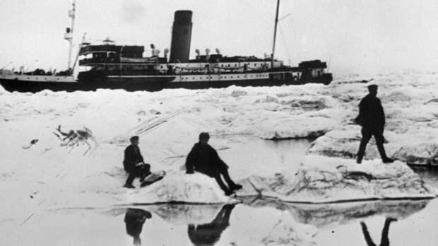 Сквозь льды: как советские боевые корабли впервые прошли Северным морским путем