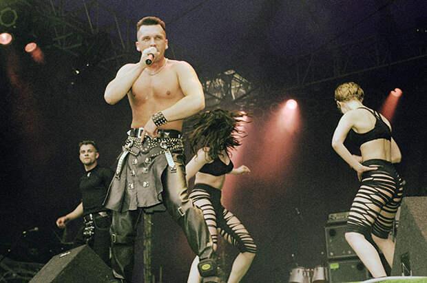 Солист группы «Кар-мен» Сергей Лемох нафестивале поп-музыки НОН СТОП-97.
