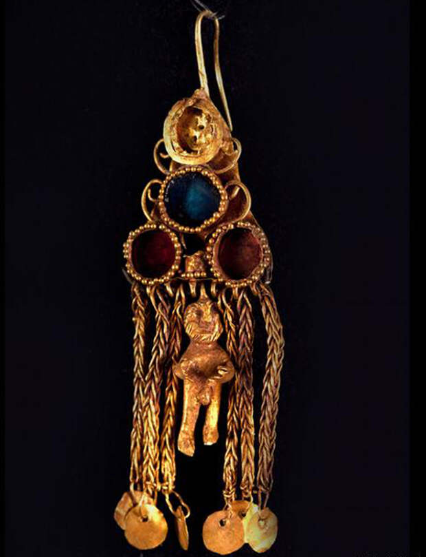 Серьга. Золото, стекло, полудрагоценные камни. I век н.э.