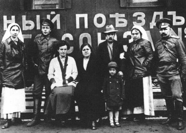 Новиков-Прибой с женой и сыном (крайние справа) у санитарного поезда в годы Первой мировой войны