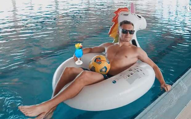 Игроки ЦСКА устроили заплыв на надувных кругах в бассейне