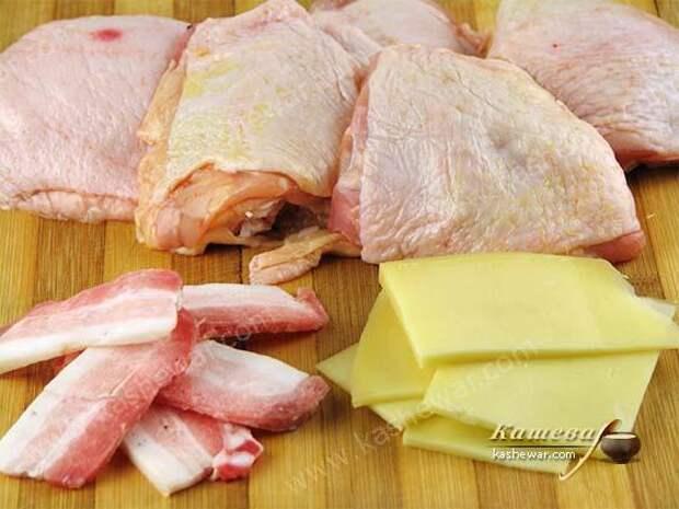 Сыр и бекон нарезать ломтиками
