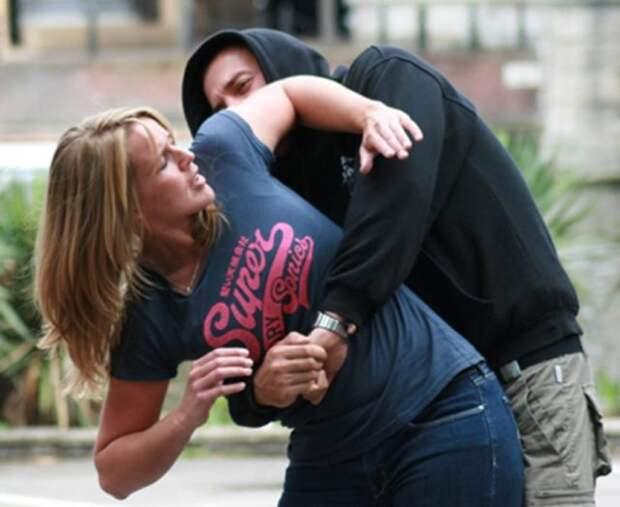 девушка отбивается от напавшего мужчины