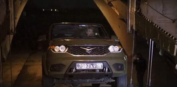Военные покидают Крым. Минобороны показывает, как танки загоняют в корабли, а УАЗы — в самолёты