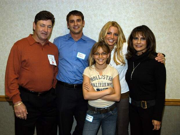 Бритни Спирс с сестрой Джейми, матерью Линн, отцом Джеймсом (крайний справа) и братом Брайном, нулевые годы