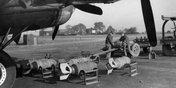 Подготовка авиабомб кзагрузке вбомбардировщик