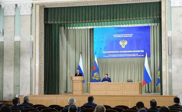 Путин потребовал от чиновников вернуть украденное в Россию