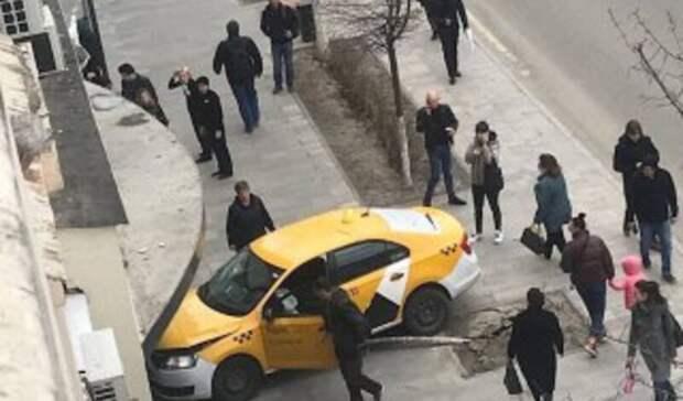Таксист наБольшой Садовой вРостове сбил женщину ивъехал вмагазин