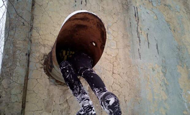 Полез по узкой трубе вниз: под землей ждал старый командный бункер