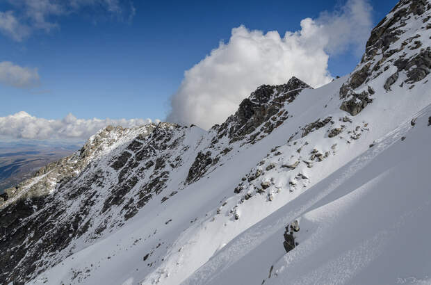 Можно оценить крутизну склона горы. Страшно представить, с какой скоростью будешь лететь, если вдруг сорвешься...
