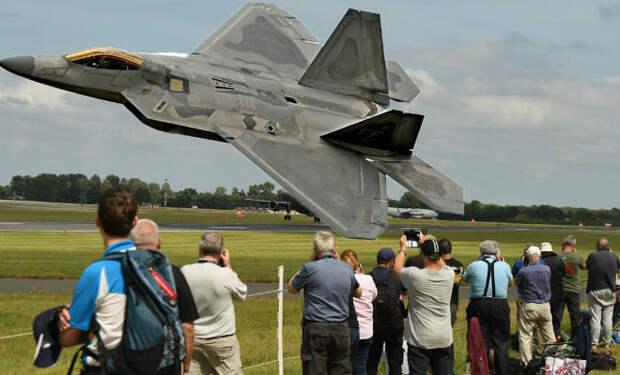 Пилот F-22 показал свободное падение самолета: высочайшее мастерство