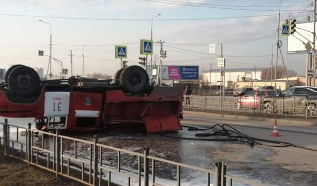 Ваварии сопрокидыванием машины МЧС вОмске пострадал спасатель