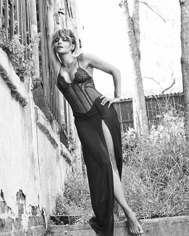 51-летняя Холли Берри снова хвастается роскошной фигурой.