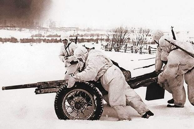Январь 1942-го. Советские артиллеристы выдвигают на позицию 45-мм противотанковую пушку 53-К во время Битвы под Москвой. Фото: Иван Шагин.