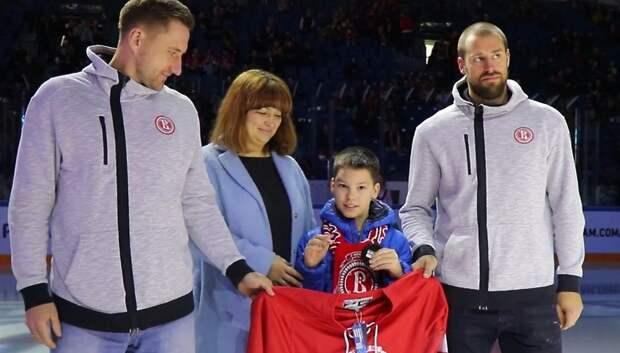 Хоккеисты из Подольска поздравили больного мальчика с днем рождения во время матча