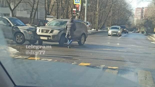 На перекрестке Летчика Бабушкина и Староватутинского столкнулись Suzuki и Nissan