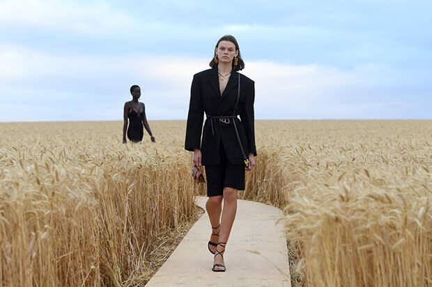 """А там ещё немного - и Прованс"": Тина Кунаки на показе Jacquemus в пшеничном поле"