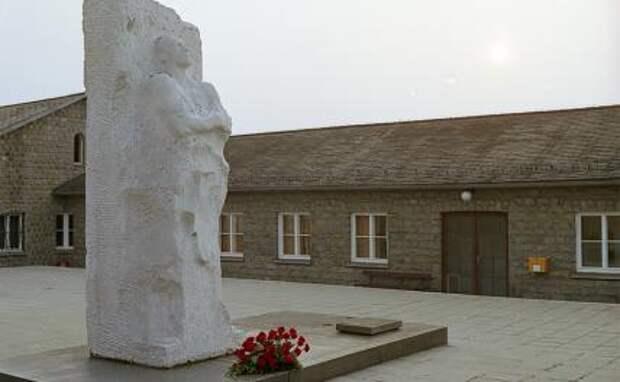 На фото: памятник генералу Дмитрию Михайловичу Карбышеву