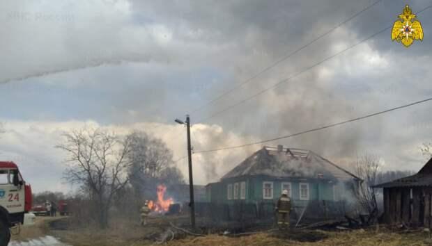 В Тверской области пожарные не дали огню спалить всю деревню