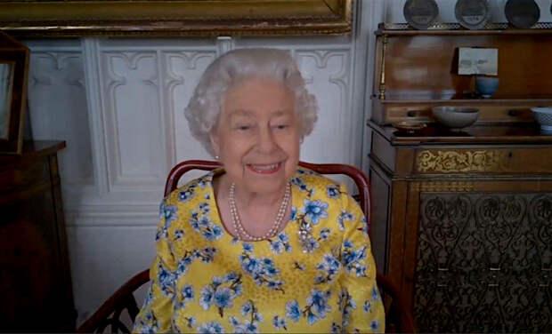 Как в зеркало гляжусь: королева Елизавета II посетила презентацию своего нового портрета онлайн