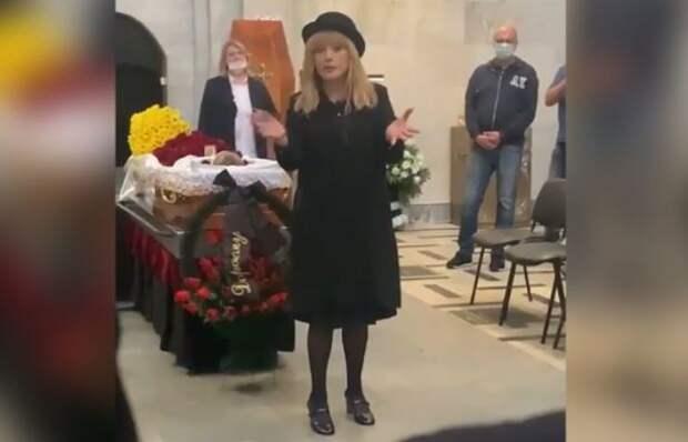 Пугачева в шляпе, но без маски приехала в крематорий на похороны Кальянова