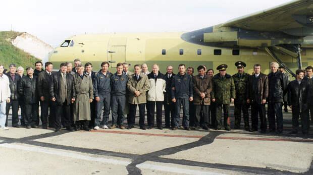 Создатели и разработчики Бе-200 рядом с первым самолетом ТАНТК им. Бериева