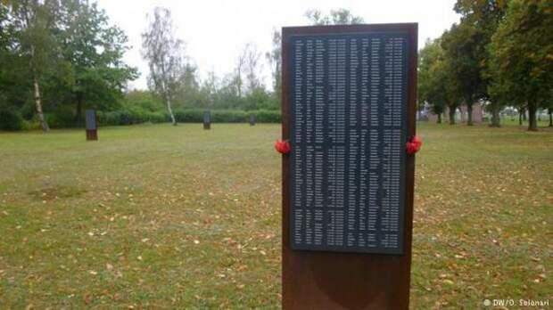 Обелиск в мемориале Цайтхайн с имена погибших в лагере военнопленных
