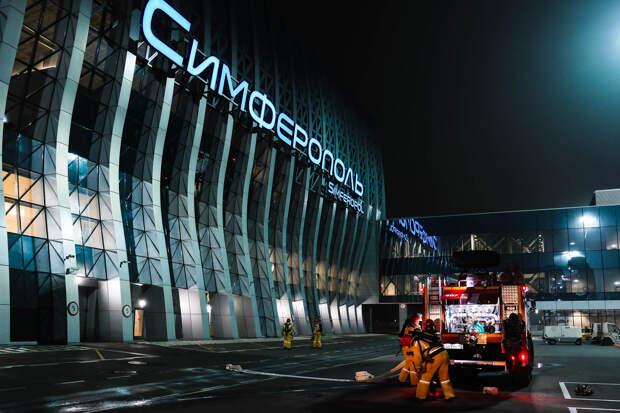 Ночью в аэропорту Симферополя «тушили» пожар в магазине