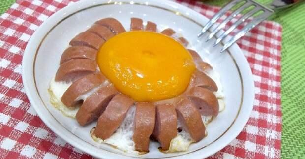 красивая яичница с колбасой