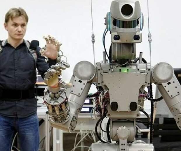 Космонавты пожаловались Рогозину и подают в суд на звездного робота Фёдора (9 фото)
