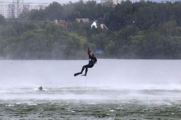 Две стихии: спасатели московского авиацентра получили допуск к спасению с воды