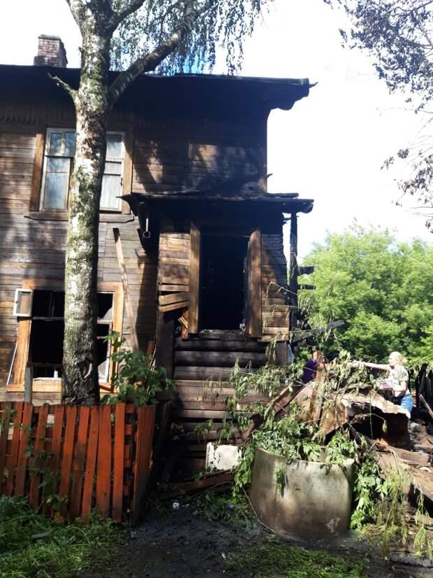 Девять баллонов с газом вынесли пожарные из горящего дома в Ижевске