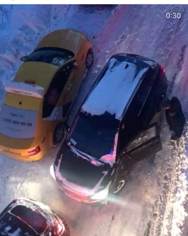 Заблокировавший проезд водитель дал импульс к разборке на Академика Комарова
