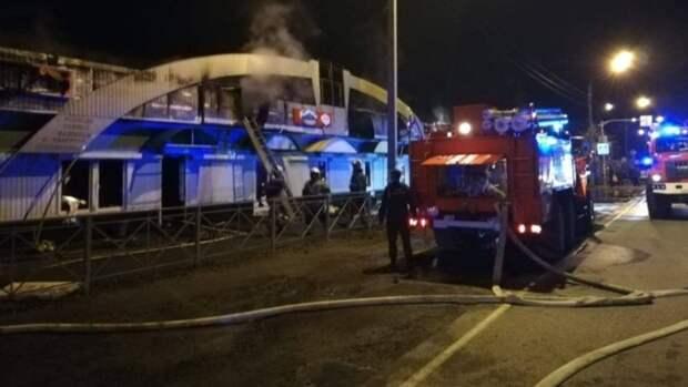 Придорожный торговый ряд киосков сгорел в Горном Алтае
