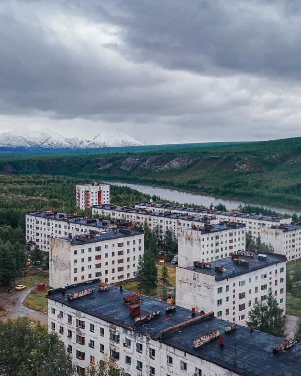 Полузаброшенный поселок на Колыме невероятной красоты (ФОТО)
