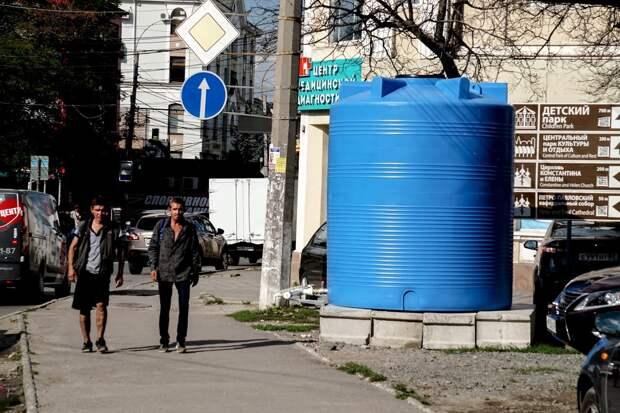 Жители Симферополя редко набирают воду из специальных баков