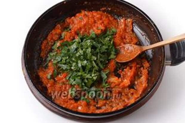 Петрушку промыть, мелко нарезать и вмешать 25 грамм в луково-помидорную массу.