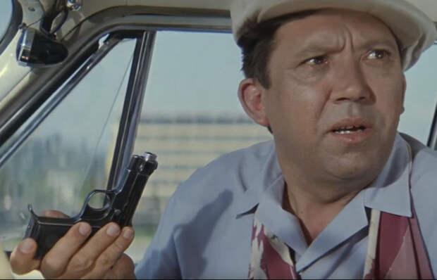 Что за пистолет выдала милиция Семёну Семёнычу в «Бриллиантовой Руке» (он даже не советский)