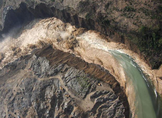 Потоки воды из озера Танцзяшань в 9 часов утра 10 июня 2008 года в юго-западной китайской провинции Сычуань. (AP Photo/Xinhua/ Li Gang)
