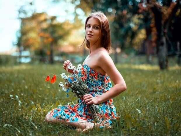 Обои Красивая девушка летом, юбка, цветы 1920x1440 HD Изображение