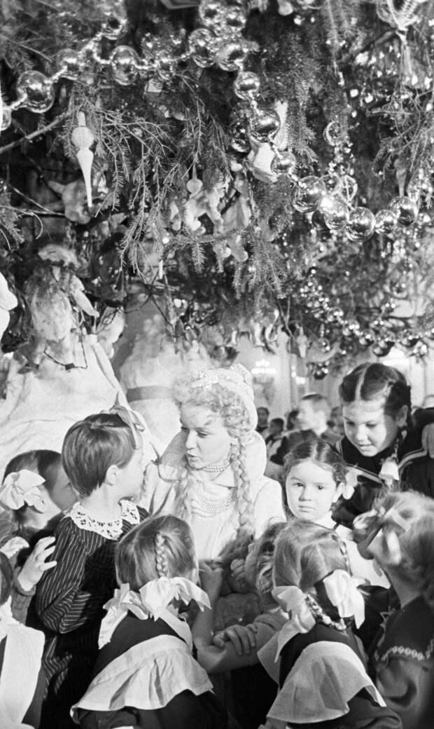 """Снегурочка.  Дореволюционная """"боярышня в тулупчике"""" не сразу стала своей на советских праздниках"""