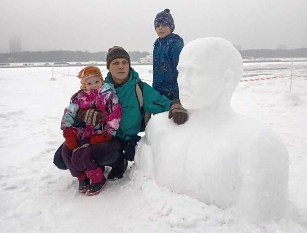 Психолог из Южного Тушина украсил парки снежными скульптурами