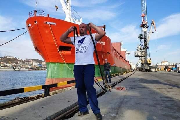 Новый мировой рекорд: приморский силач Савкин сдвинул многотонный теплоход