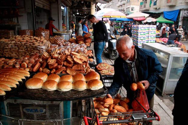 Багдад, Ирак. Местные жители покупают хлеб на рынке в центре города