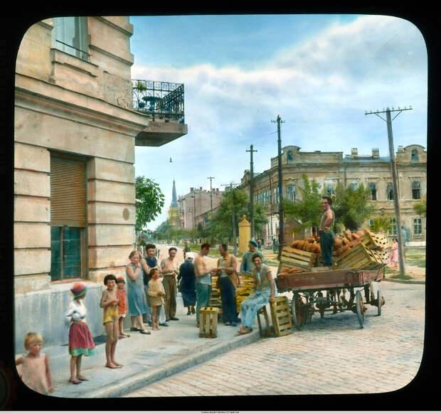 14. Хлебная тележка, доставляющая продовольствие в Старый город.