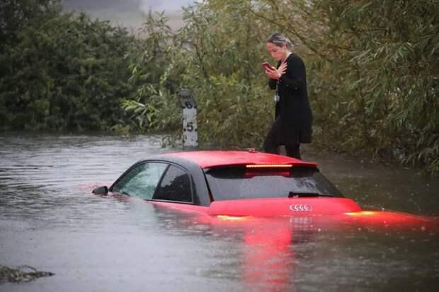 Затопленная машина во время наводнения