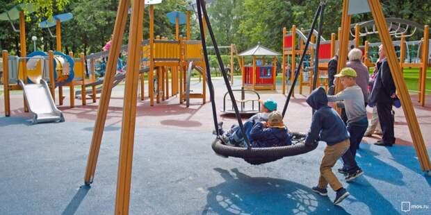 На детской площадке в районе Долгопрудной отремонтировали качели