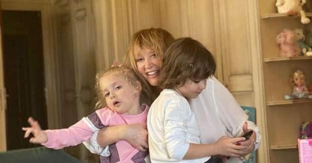 «У меня будет нервный срыв»: Пугачева запечатлела, как двойняшки Лиза и Гарри встретили отца