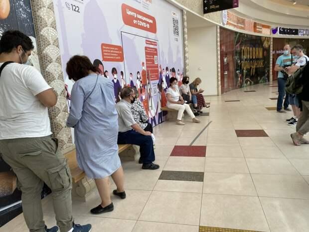 В петербургском торговом центре выстроилась очередь из желающих привиться от COVID-19